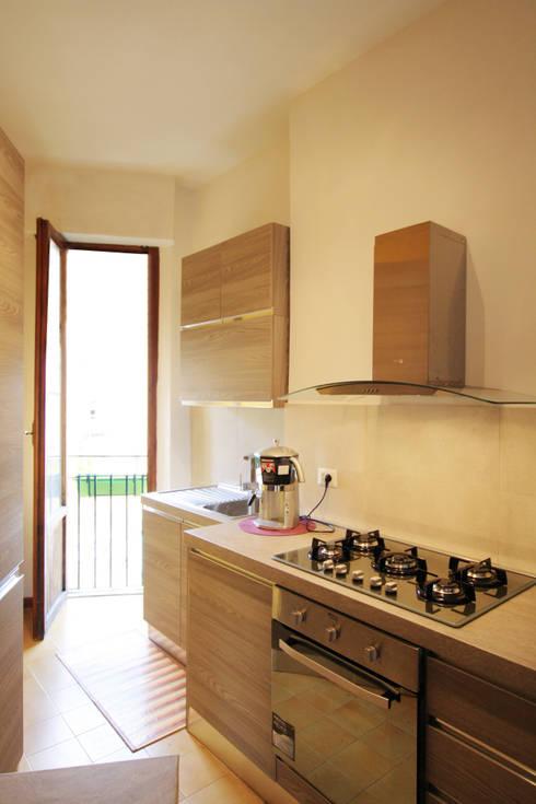 Vista della cucina: Cucina in stile in stile Moderno di EMC2Architetti