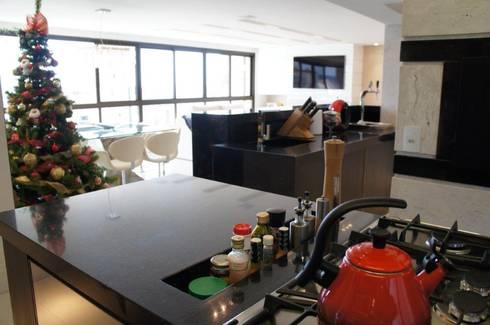 Ilha cozinha integrada à área social: Cozinhas modernas por Triple Arquitetura