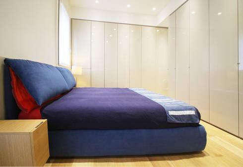 Camera: Camera da letto in stile in stile Minimalista di Filippo Colombetti, Architetto