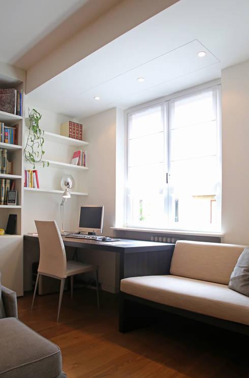 Scrittoio con seduta: Studio in stile in stile Minimalista di Filippo Colombetti, Architetto