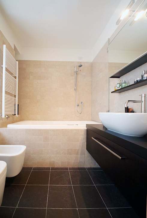 Bagno in marmo: Bagno in stile in stile Moderno di Filippo Colombetti, Architetto