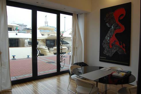 Harbour's Loft – Rimini Riviera: Soggiorno in stile in stile Moderno di Studio Arkimode