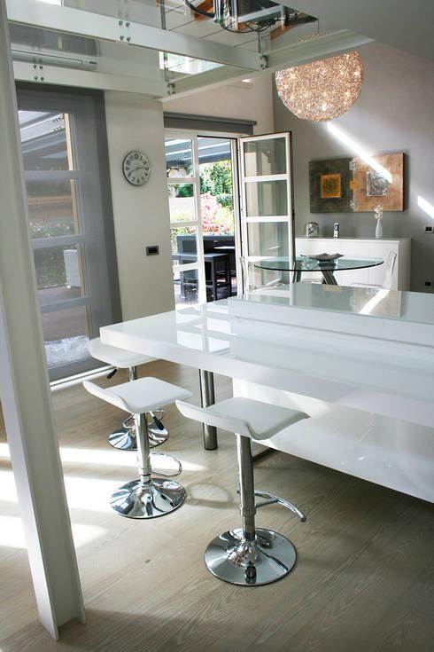 Loft in Milan: Sala da pranzo in stile in stile Moderno di Studio Arkimode