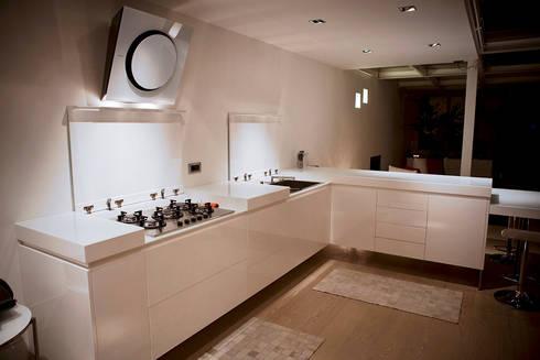 Loft in Milan: Cucina in stile in stile Moderno di Studio Arkimode