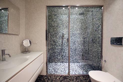 Bagno in mosaico: Bagno in stile in stile Minimalista di Filippo Colombetti, Architetto