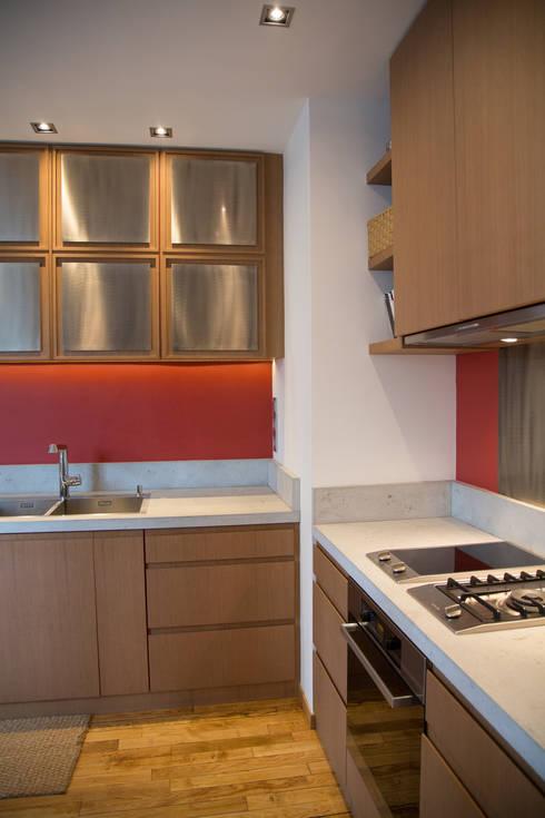 Appartement privé, Paris VI: Cuisine de style  par Concrete LCDA