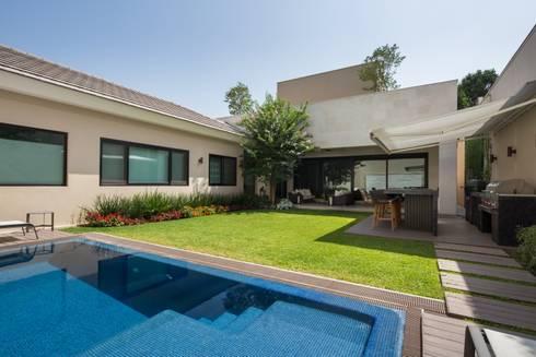 JARDÍN: Albercas de estilo moderno por Rousseau Arquitectos