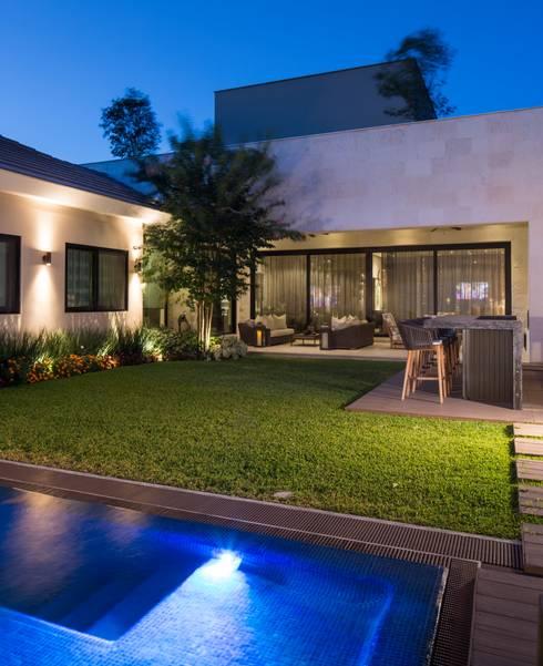 JARDÍN: Jardines de estilo  por Rousseau Arquitectos