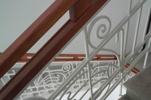 Restauro conservativo del Villino Orsini: Ingresso & Corridoio in stile  di Laura Marini Architetto