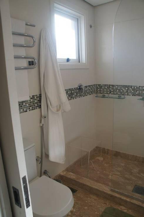 Acesso box banho:   por Triple Arquitetura