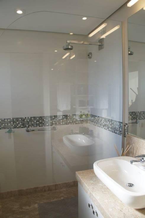 Pára-água entre tampo e box banho:   por Triple Arquitetura
