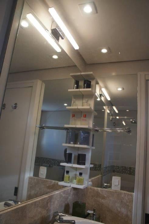 Bancada com canto espelhado: Banheiro  por Triple Arquitetura