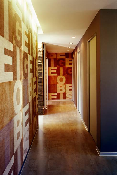 casa degli orti: Ingresso & Corridoio in stile  di sinapsiarchitettura |giacomo airaldi architetto