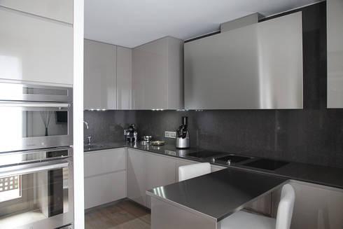 la Cucina : Cucina in stile in stile Moderno di STUDIO PAOLA FAVRETTO SAGL - INTERIOR DESIGNER