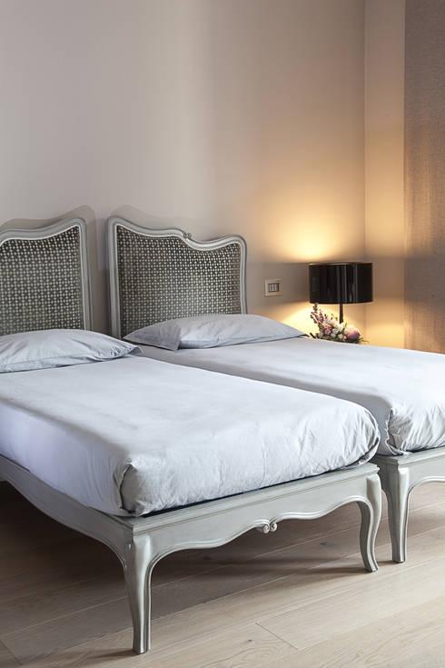 La camera degli ospiti: Camera da letto in stile in stile Moderno di STUDIO PAOLA FAVRETTO SAGL - INTERIOR DESIGNER