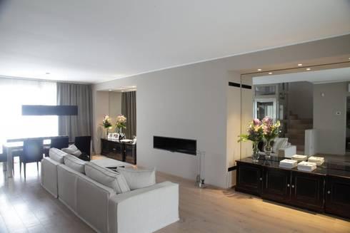 il Living acquista nuove proporzioni: Soggiorno in stile in stile Moderno di STUDIO PAOLA FAVRETTO SAGL - INTERIOR DESIGNER