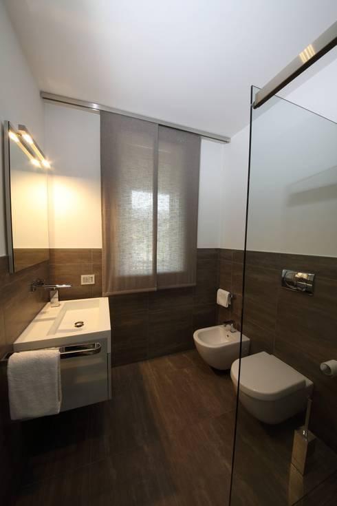 il bagno della camera degli ospiti: Bagno in stile in stile Moderno di STUDIO PAOLA FAVRETTO SAGL - INTERIOR DESIGNER