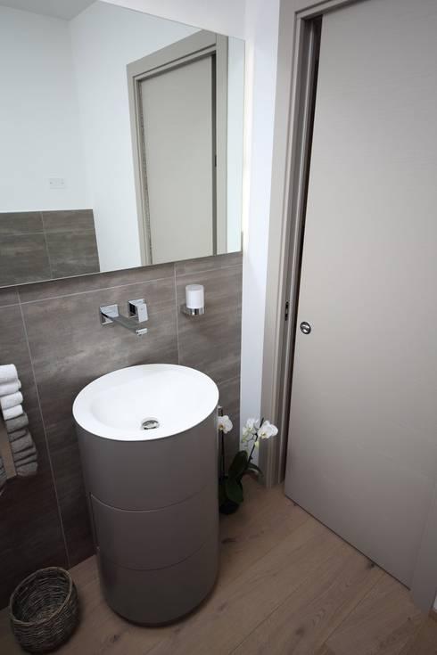 Il bagno di servizio, in ingresso: Bagno in stile in stile Moderno di STUDIO PAOLA FAVRETTO SAGL - INTERIOR DESIGNER