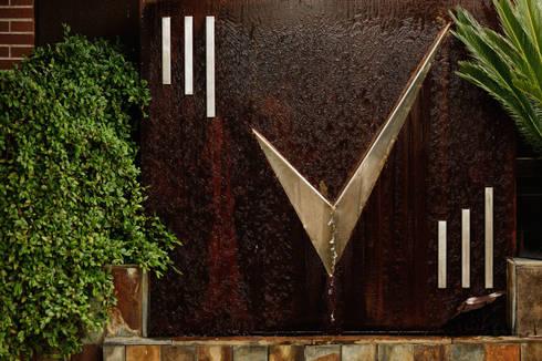 Fuente mezcla acero inox y acero corten: Jardín de estilo  de Slabon  Forja Creativa