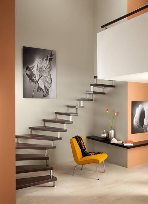 Vestíbulos, pasillos y escaleras de estilo  por Treppenbau Grohskurth GmbH