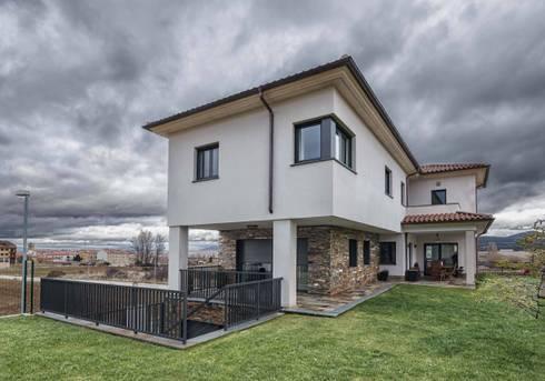 Vivienda unifamiliar en esquina:  de estilo  de ADDEC arquitectos