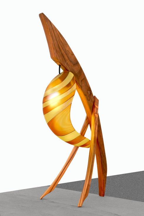 Lampada Spinnaker - Legno di Noce e Vetro di Murano: Soggiorno in stile  di DIMISCO