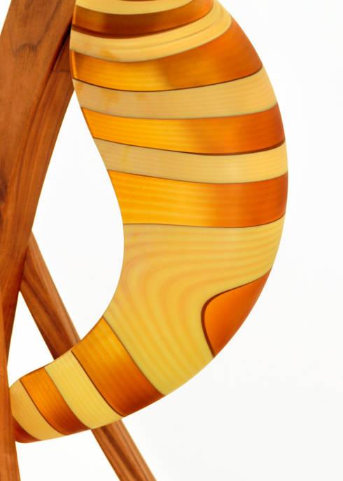 Lamada Spinnaker - Dettaglio del vetro di fianco: Soggiorno in stile  di DIMISCO