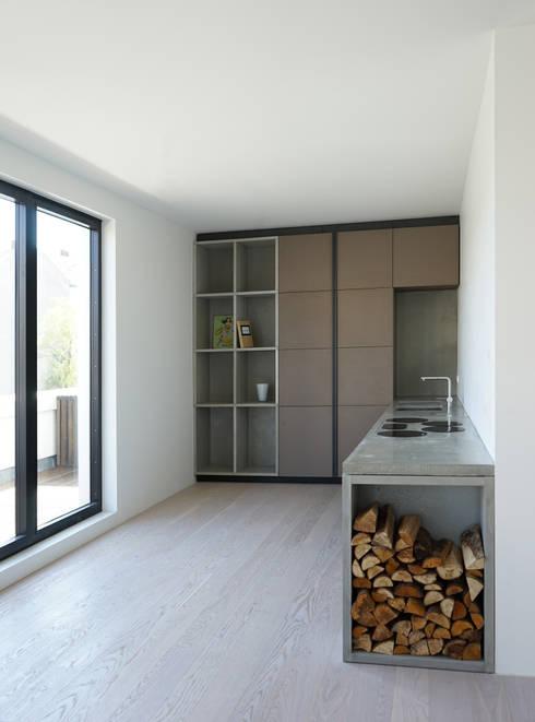 Wohnung 4: industriale Küche von boehning_zalenga  koopX architekten