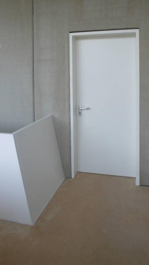 Haus mit Energiefassade:  Flur & Diele von boehning_zalenga  koopX architekten