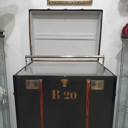 Vintage Steamer Trunk: classic Bedroom by Travers Antiques