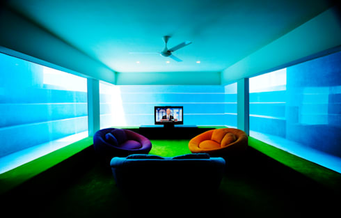 FISH HOUSE:  Living room by Guz Architects