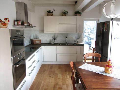 Casa in legno - cucina: Cucina in stile in stile Classico di Marlegno