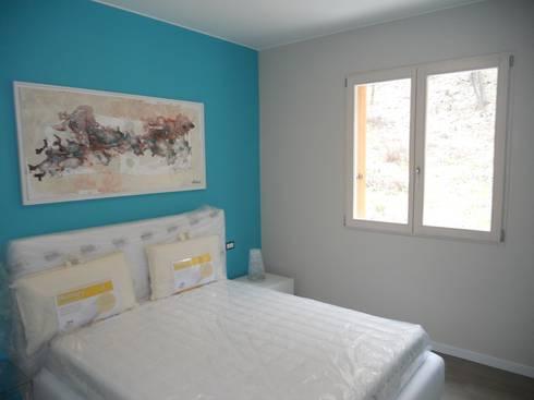 Complesso residenziale in legno: Camera da letto in stile in stile Rustico di Marlegno
