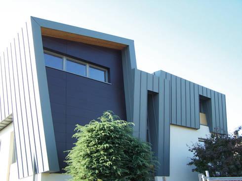 Ampliamento e sopralzo in legno: Casa di legno in stile  di Marlegno