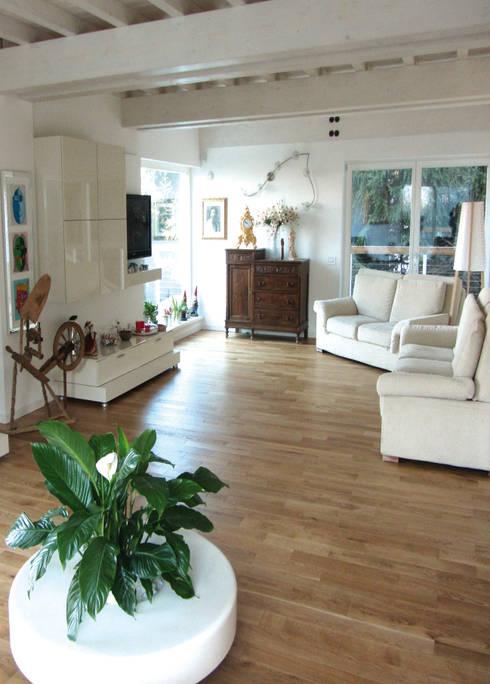 Casa in legno - soggiorno: Soggiorno in stile in stile Classico di Marlegno
