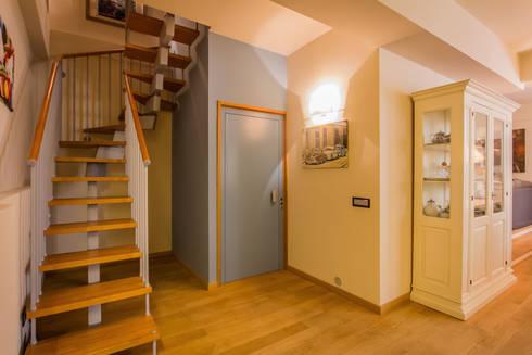 TRE PIANI DI ARMONIE: Ingresso & Corridoio in stile  di davide pavanello _ spazi forme segni visioni