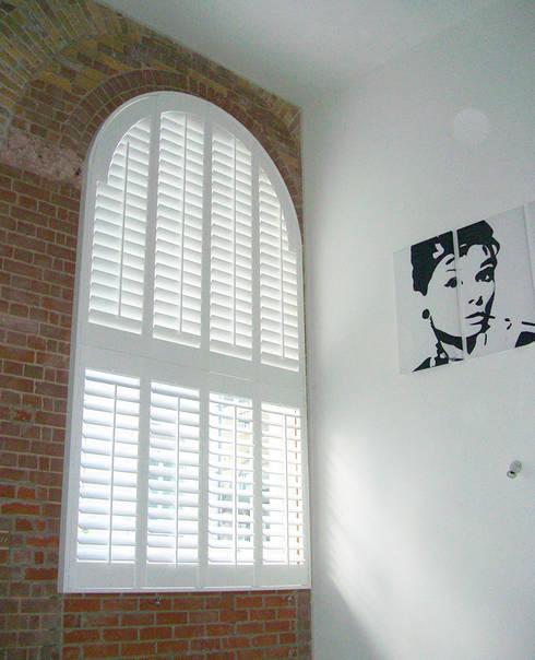 Puertas y ventanas de estilo  por Plantation Shutters Ltd