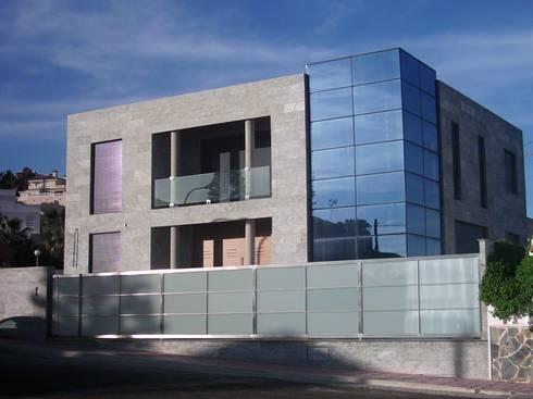 Vista de fachada principal.:  de estilo  de RH-ARQUITECTOS