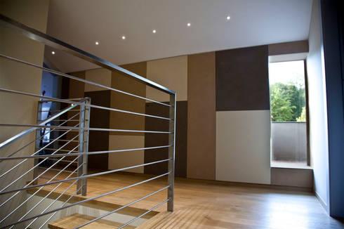 Scale e Disimpegno: Soggiorno in stile in stile Moderno di Studio 06