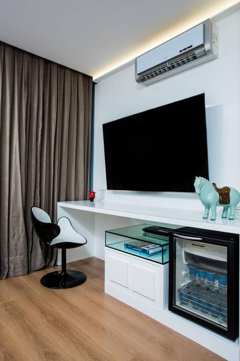 Quarto de Casal - painel Tv : Quartos  por Bruno Sgrillo Arquitetura