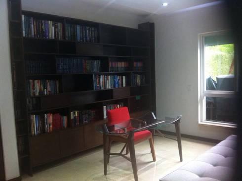 MUEBLE DE ESTUDIO: Estudios y oficinas de estilo minimalista por GHT EcoArquitectos