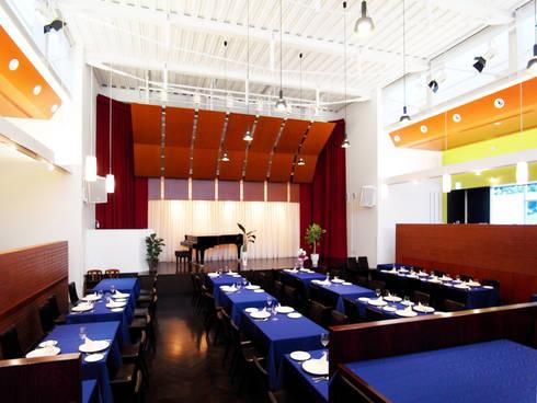 海に浮かぶレストラン: ユミラ建築設計室が手掛けた壁&フローリングです。