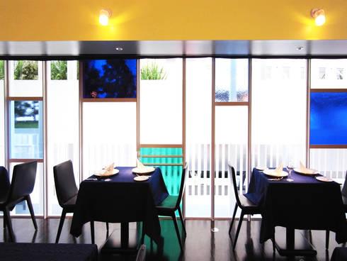 海に浮かぶレストラン: ユミラ建築設計室が手掛けた窓/ドアです。