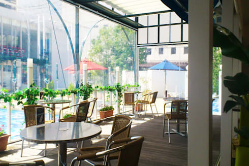 Cafeテラスとテントフレーム: ユミラ建築設計室が手掛けた壁&フローリングです。