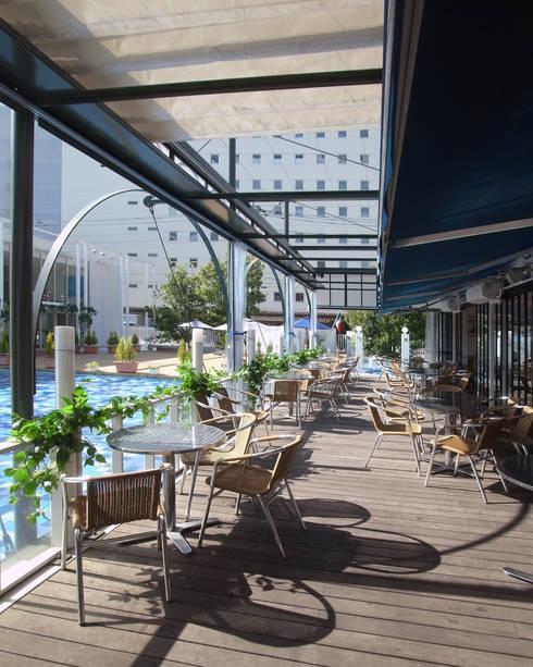 Cafeテラスとテントフレーム: ユミラ建築設計室が手掛けた多目的室です。