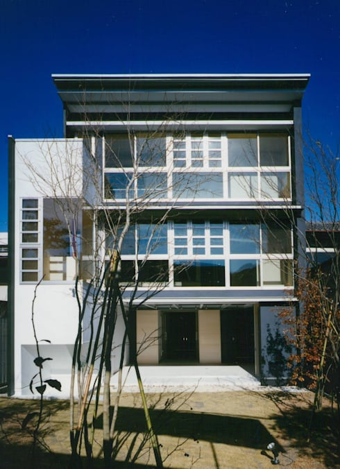 庭(南)側 外観: 原 空間工作所 HARA Urban Space Factoryが手掛けた家です。