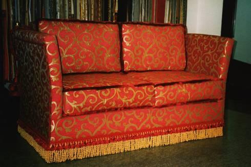 Divano K_Red: Soggiorno in stile in stile Classico di P. Pennestrì vestire gli interni
