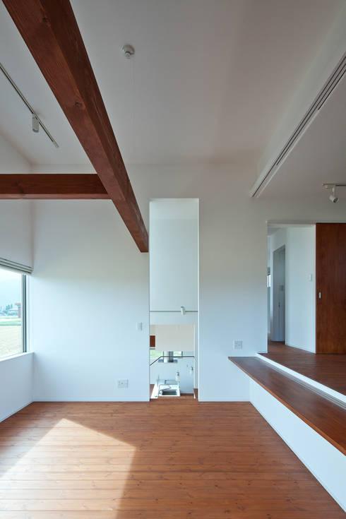 居間より台所を見る: 株式会社 mA建築計画工房が手掛けたリビングです。