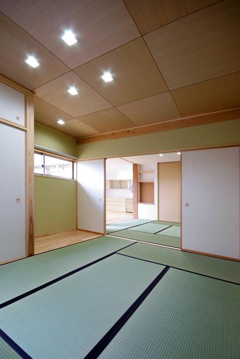 Salas multimedia de estilo  por アトリエ イデ 一級建築士事務所