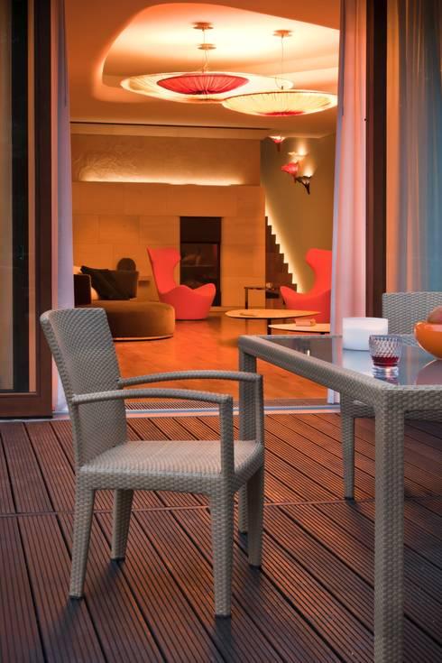 Rezydencja IV : styl , w kategorii Taras zaprojektowany przez Zbigniew Tomaszczyk i Irena Lipiec Decorum Architekci Spzoo